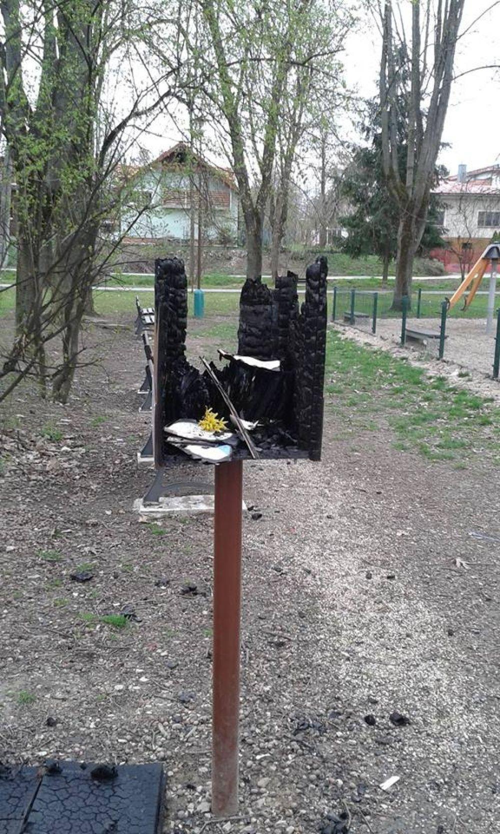 Neznámy vandal podpálil búdku na knihy, dobrovoľník ju opravil, foto 2