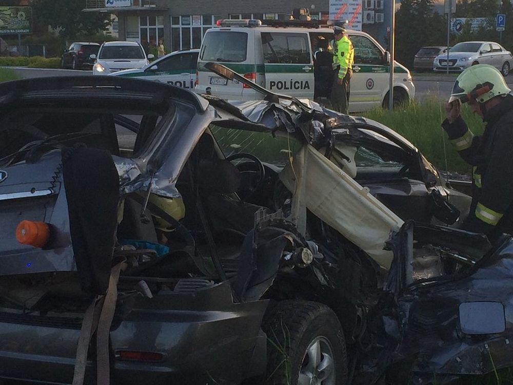 Dopravná nehoda v mestskej časti Bytčica - zrážka vlaku s autom, foto 1