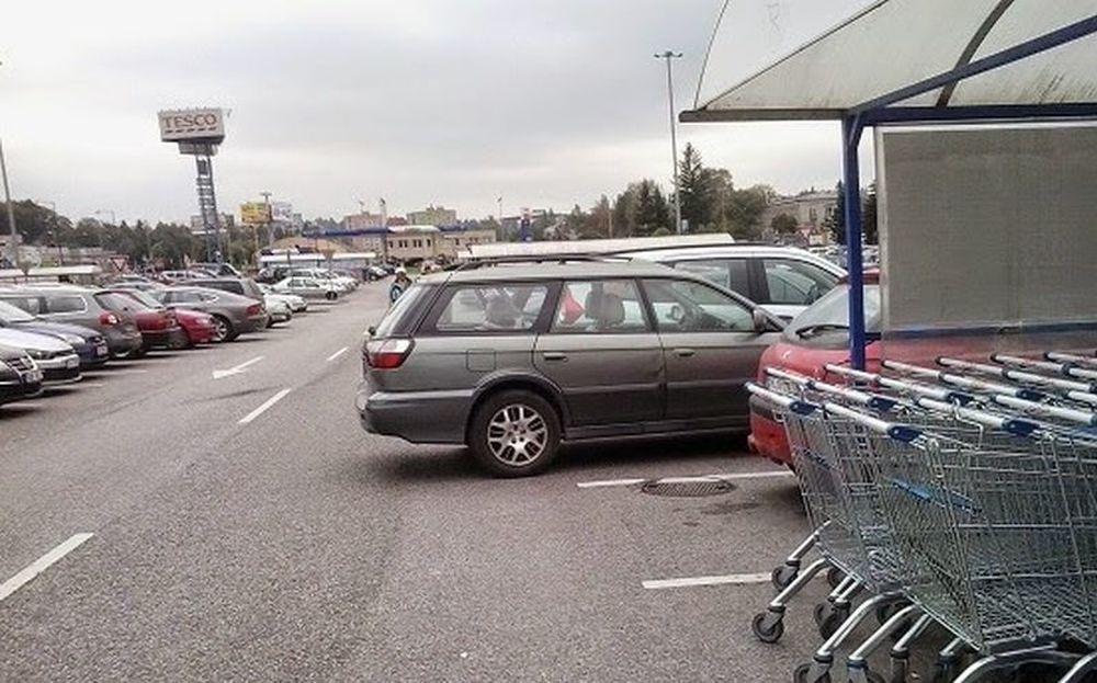 Parkovanie s nezatiahnutou ručnou brzdou, vozidlá v ceste, foto 1