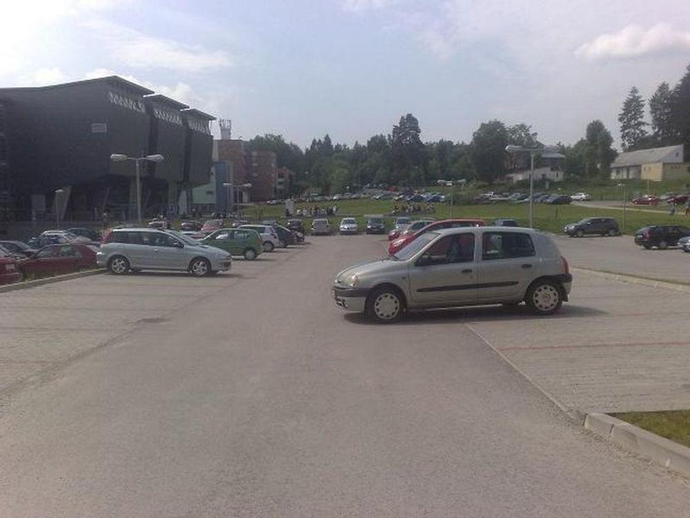 Parkovanie s nezatiahnutou ručnou brzdou, vozidlá v ceste, foto 2