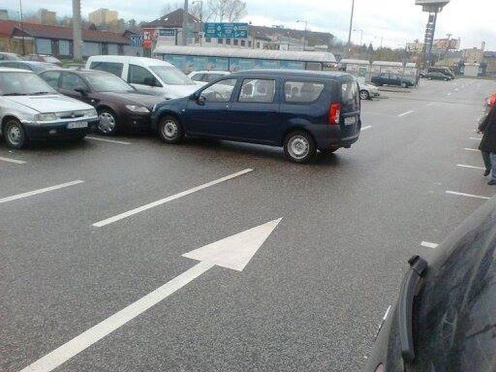 Parkovanie s nezatiahnutou ručnou brzdou, vozidlá v ceste, foto 3