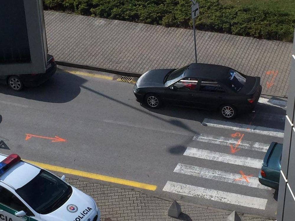 Nehoda auta a chodkyne pri obchodnom centre MAX Solinky, foto 1