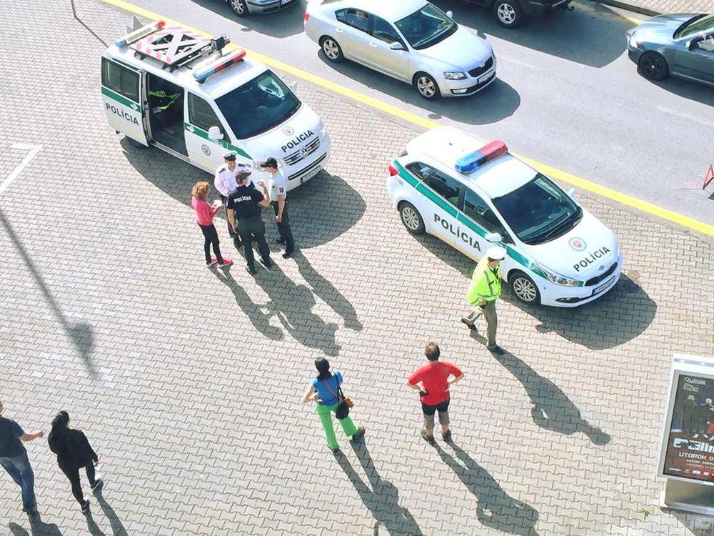 Nehoda auta a chodkyne pri obchodnom centre MAX Solinky, foto 2