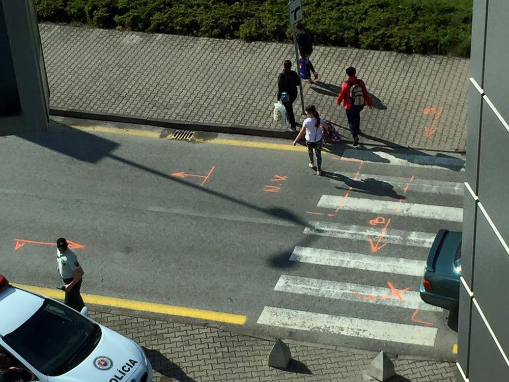 Nehoda auta a chodkyne pri obchodnom centre MAX Solinky, foto 3