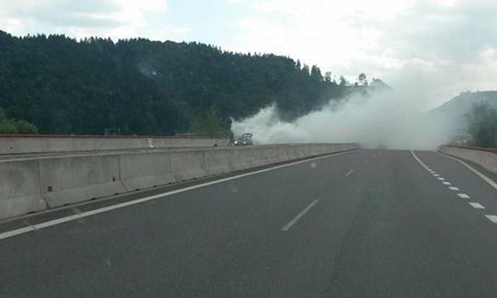 Aktuálne: Na D1 smer Považská Bystrica dymí auto, foto 1