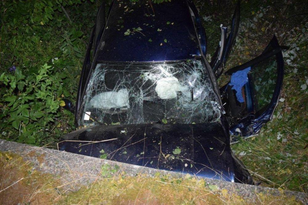 Vodička narazila čelne do betónového mostíka, zranila sa celá posádka , foto 2