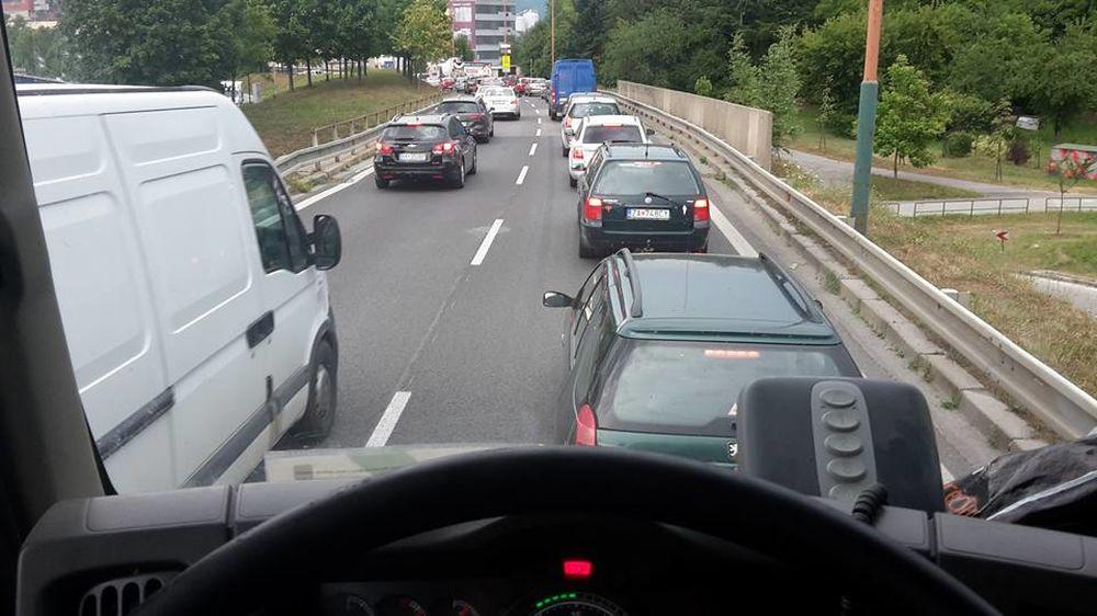 Kolóny v Žiline spôsobené dopravnou nehodou a zosuvom svahu pod Strečnom, foto 2