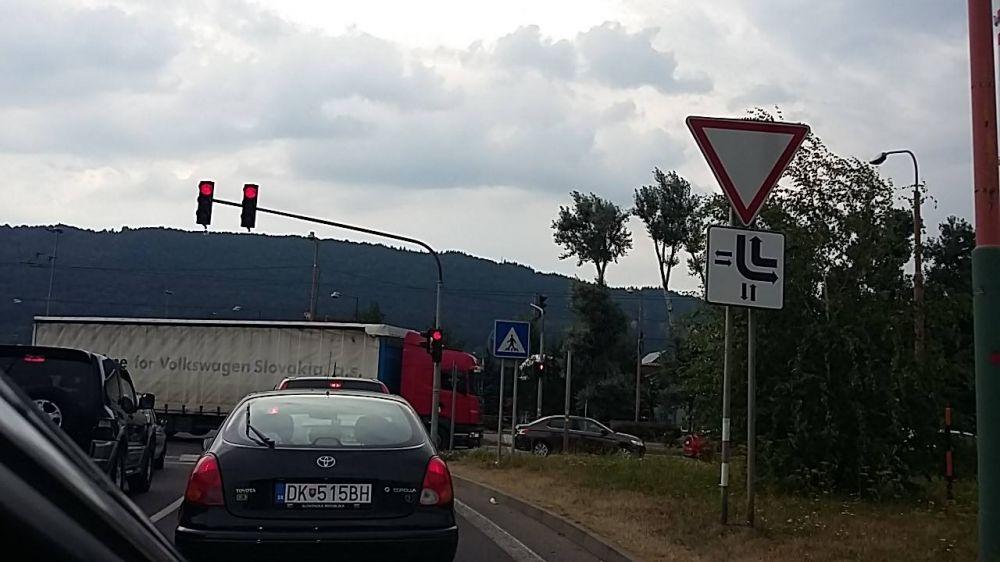 Kolóny v Žiline spôsobené dopravnou nehodou a zosuvom svahu pod Strečnom, foto 3