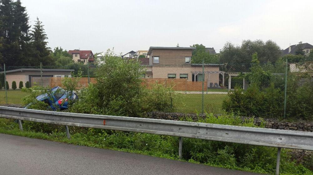 V Trnovskom esíčku skončilo v potoku už viac ako 10 áut, foto 1