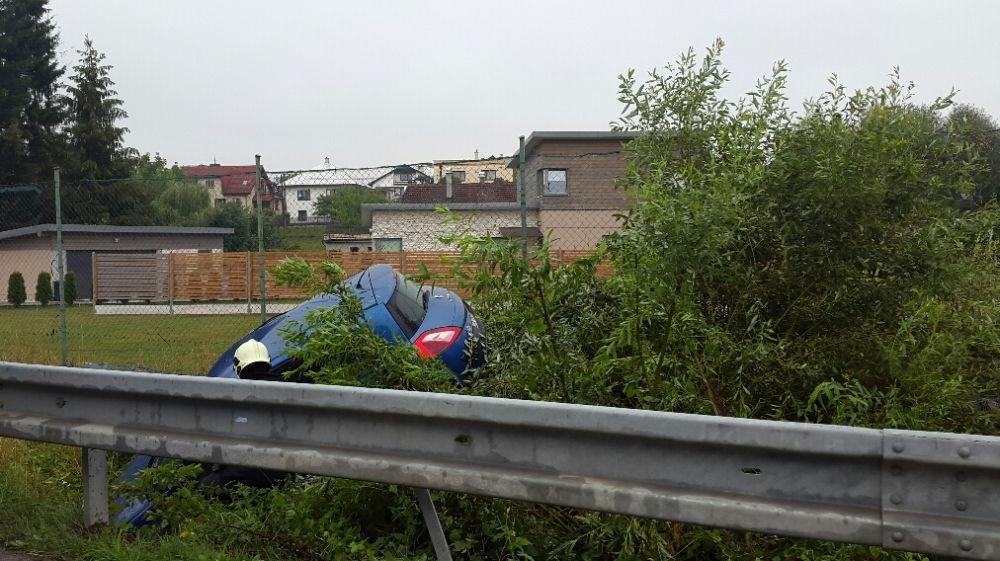 V Trnovskom esíčku skončilo v potoku už viac ako 10 áut, foto 2