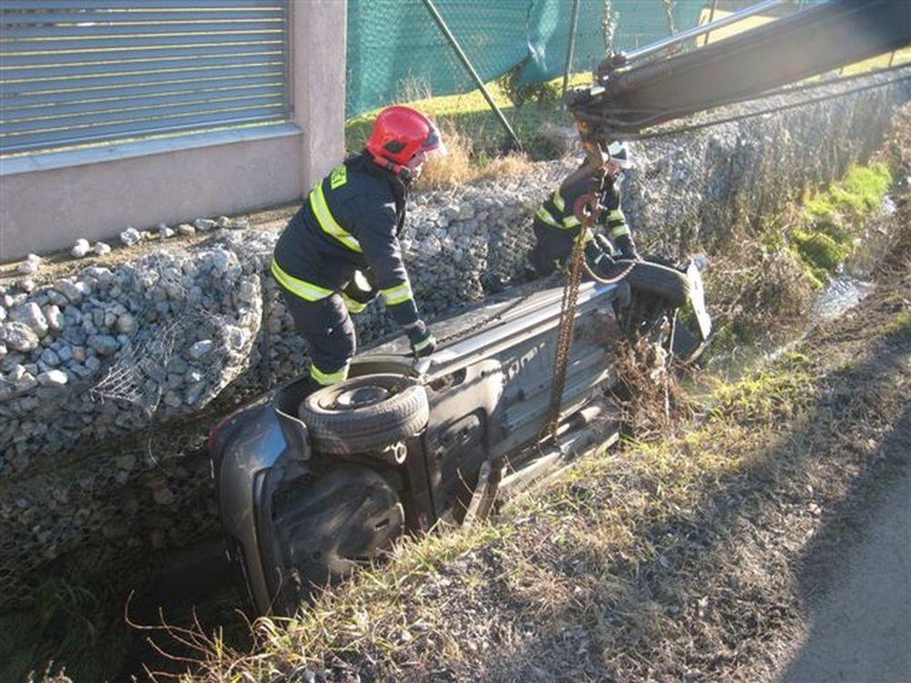 V Trnovskom esíčku skončilo v potoku už viac ako 10 áut, foto 6
