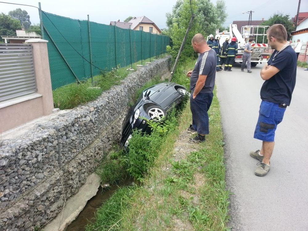 V Trnovskom esíčku skončilo v potoku už viac ako 10 áut, foto 8