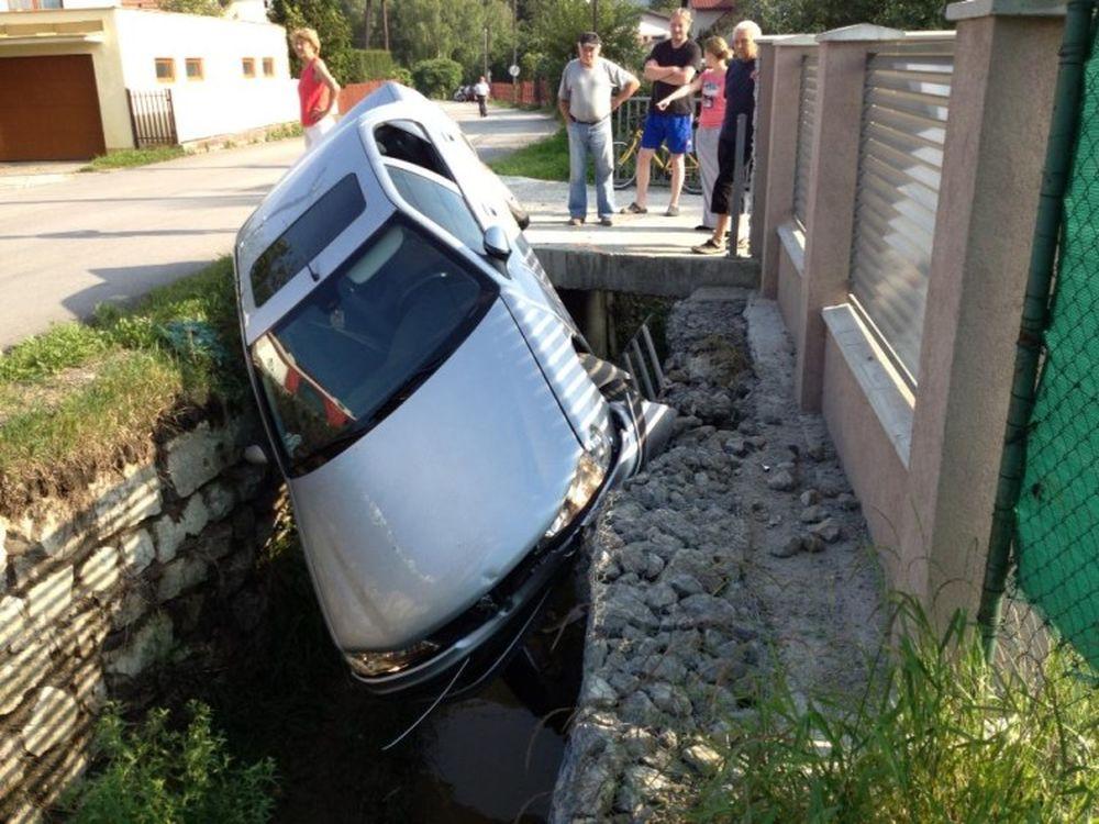 V Trnovskom esíčku skončilo v potoku už viac ako 10 áut, foto 10