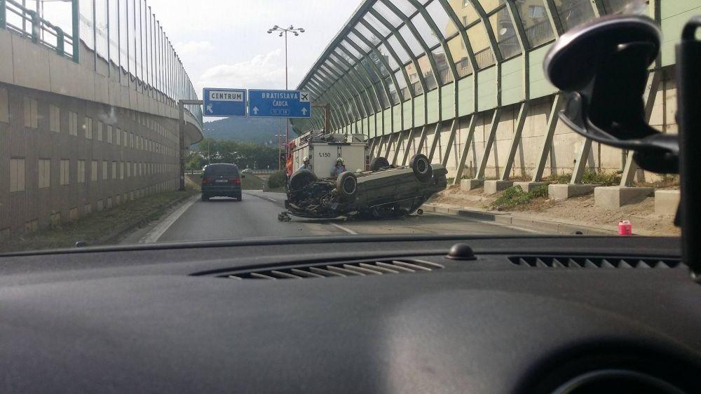 Hrozivo vyzerajúca nehoda pri Rondli, ďalšia na Hollého ulici , foto 5