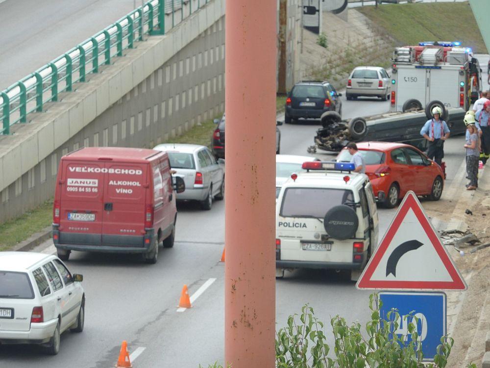 Hrozivo vyzerajúca nehoda pri Rondli, ďalšia na Hollého ulici , foto 6