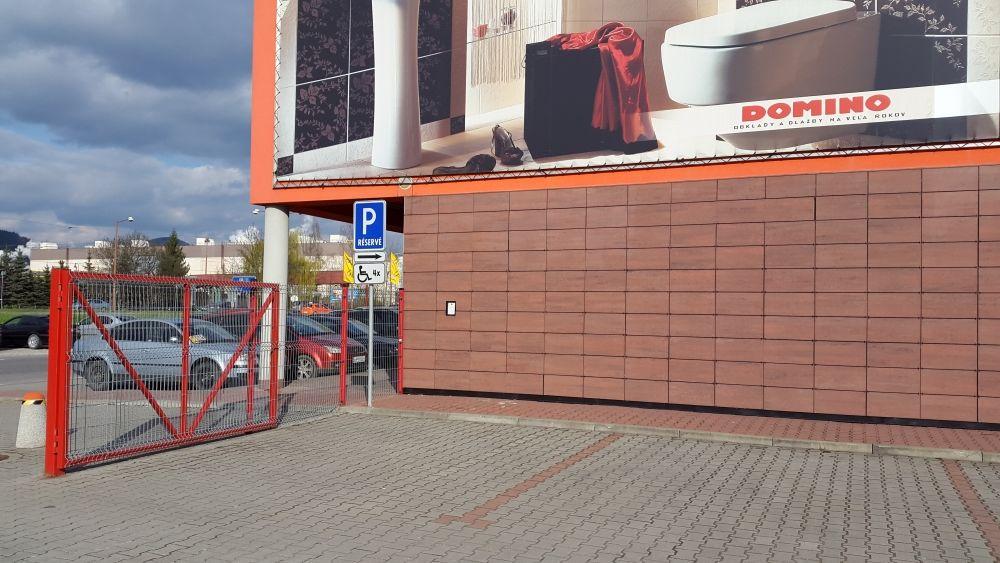 Nedostatočne označené parkovisko pre ZŤP pri predajni Merkury Market, foto 1