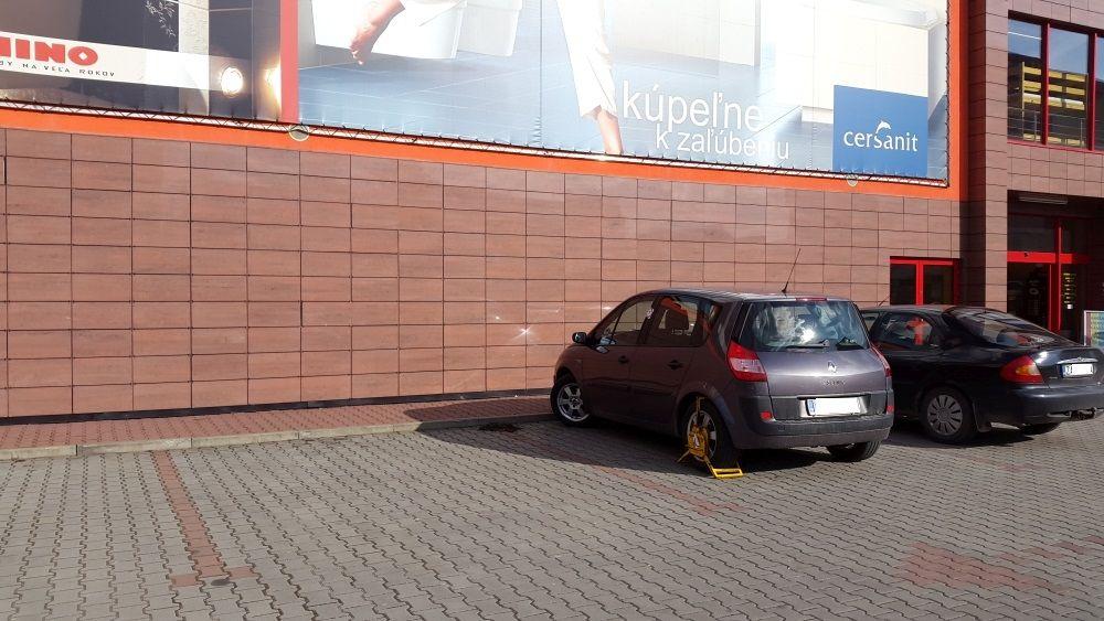 Nedostatočne označené parkovisko pre ZŤP pri predajni Merkury Market, foto 2