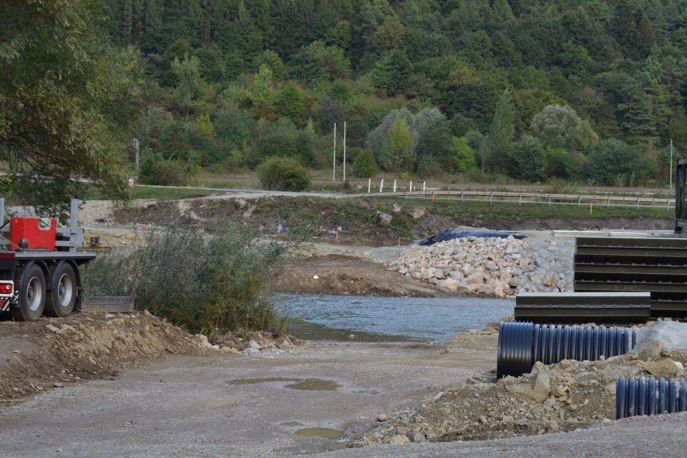 Práce na dočasnom moste ponad rieku Kysuca v mestskej časti Vranie, foto 2