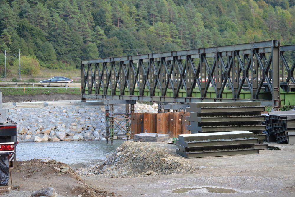 Práce na dočasnom moste ponad rieku Kysuca v mestskej časti Vranie, foto 3