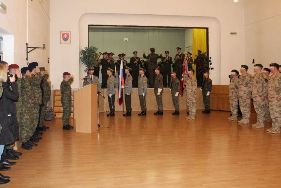 V kasárňach sa dnes lúčili s 35 vojakmi, ktorí odchádzajú do Afganistanu, foto 1