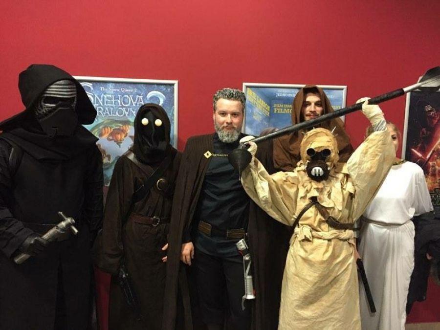 Nadšenci sa na premiéru Star Wars patrične vyzbrojili , foto 2