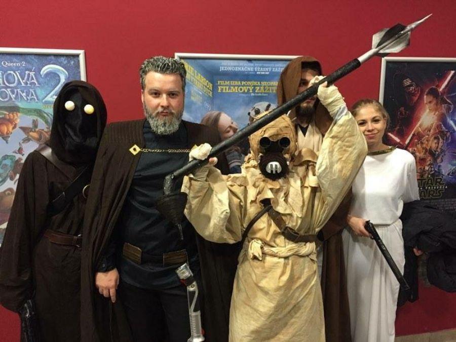 Nadšenci sa na premiéru Star Wars patrične vyzbrojili , foto 3