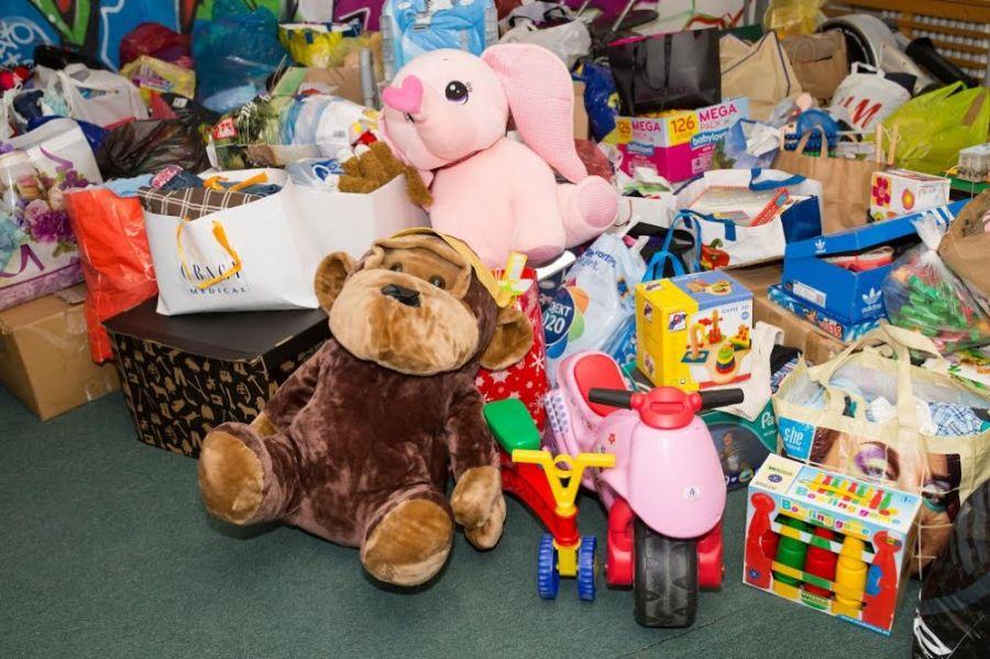 Zbierka pre deti bola úspešná, vyzbierali sa tri plné autá a jedna dodávka, foto 1