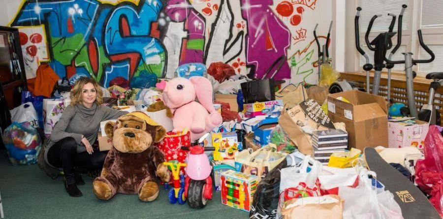 Zbierka pre deti bola úspešná, vyzbierali sa tri plné autá a jedna dodávka, foto 2