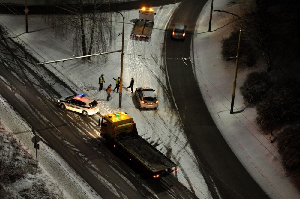 Dopravná nehoda, sídlisko Vlčince - 21.1.2016, foto 2