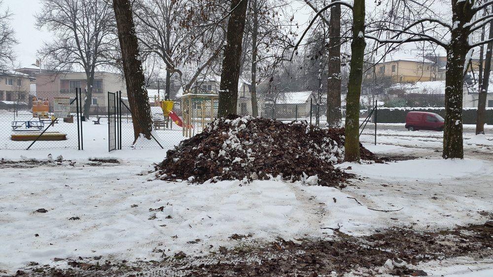 Kuriózna zimná údržba v parku na Rosinkách, foto 1