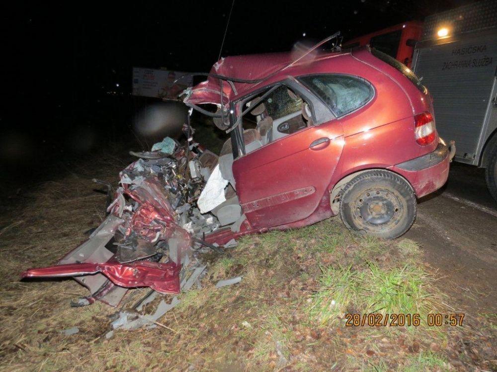 Vážna dopravná nehoda autobusu a osobného automobilu pod Strečnom  28.2., foto 4