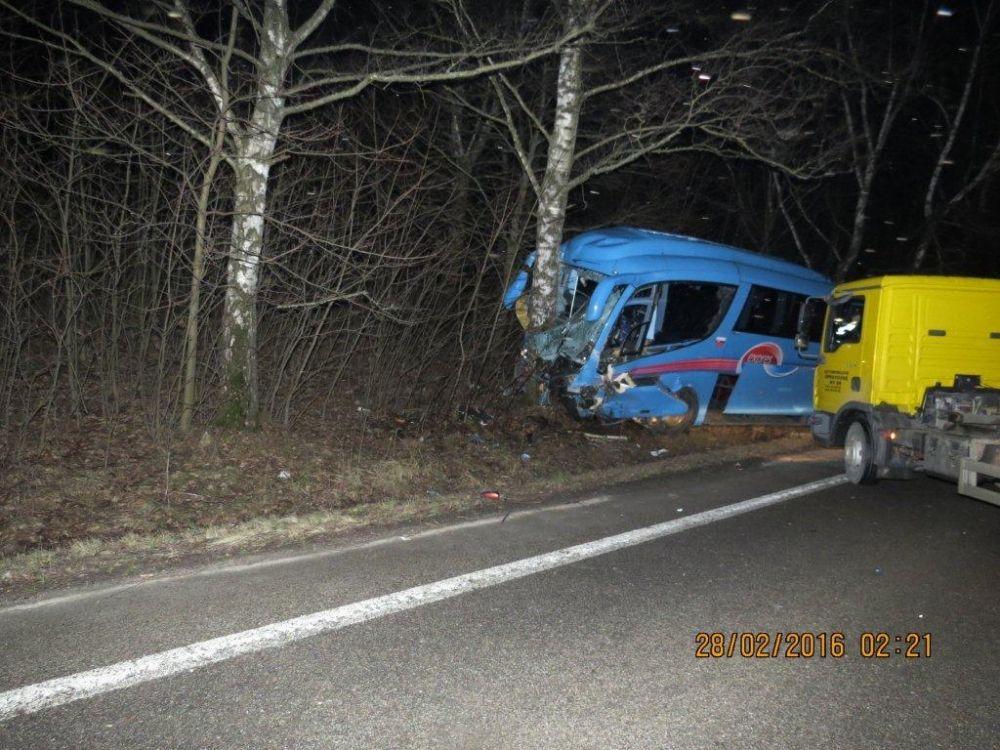 Vážna dopravná nehoda autobusu a osobného automobilu pod Strečnom  28.2., foto 6