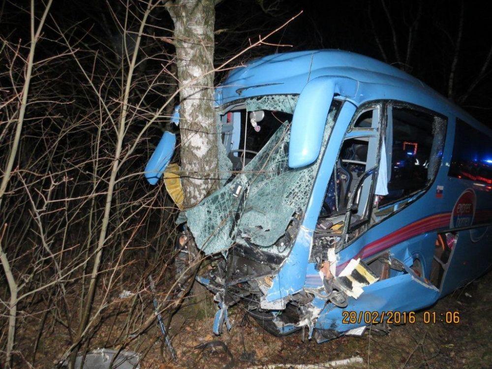 Vážna dopravná nehoda autobusu a osobného automobilu pod Strečnom  28.2., foto 7