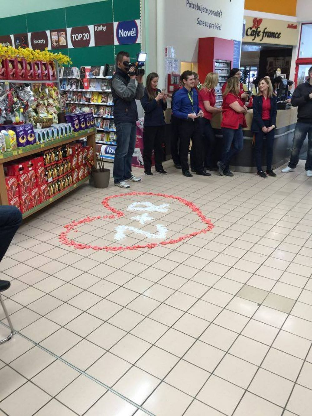 Žiadosť o ruku priamo počas pracovnej doby v predajni TESCO Žilina, foto 1