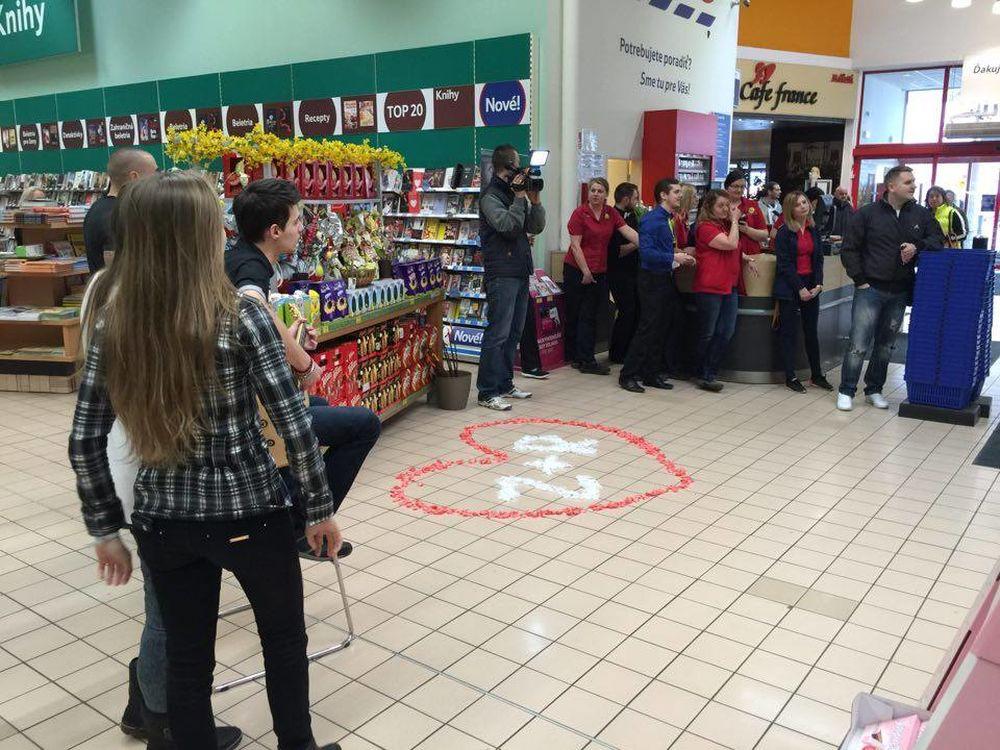 Žiadosť o ruku priamo počas pracovnej doby v predajni TESCO Žilina, foto 2