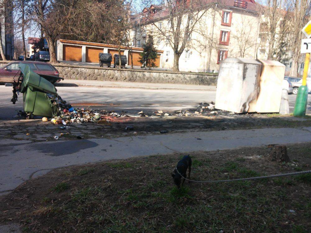 Požiar kontajnerov na triedený odpad, ulica Veľká Okružná - 23.3.2016, foto 1