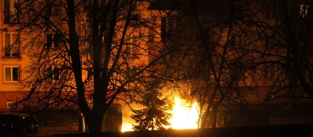 Požiar kontajnerov na triedený odpad, ulica Veľká Okružná - 23.3.2016, foto 2