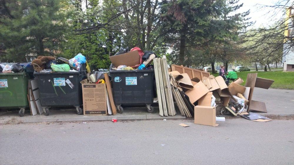 Neporiadok pri kontajneroch počas zberu nadrozmerného odpadu, foto 2
