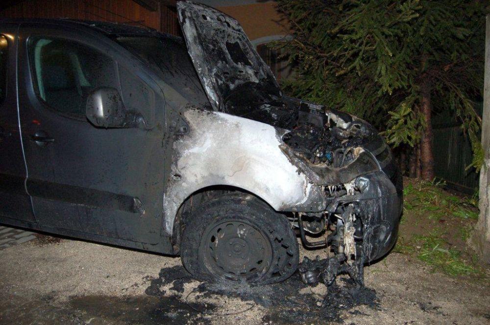Policajti zadržali podpaľačov, ktorí zničili autá na Hájiku a v Rajci, foto 1