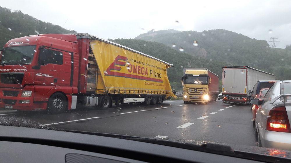 Dopravná nehoda pri Dubnej skale, foto 2
