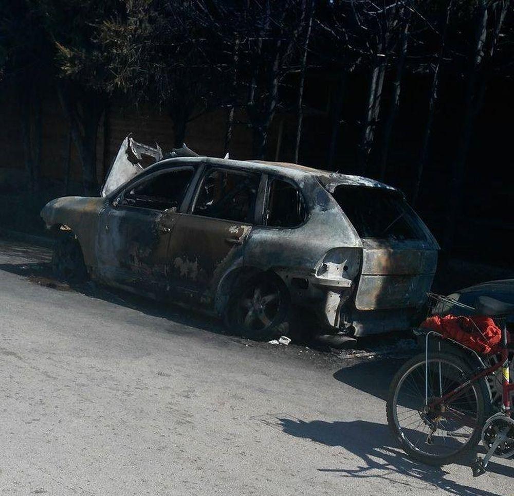 Vrak zhoreného vozidla v Budatíne, foto 1