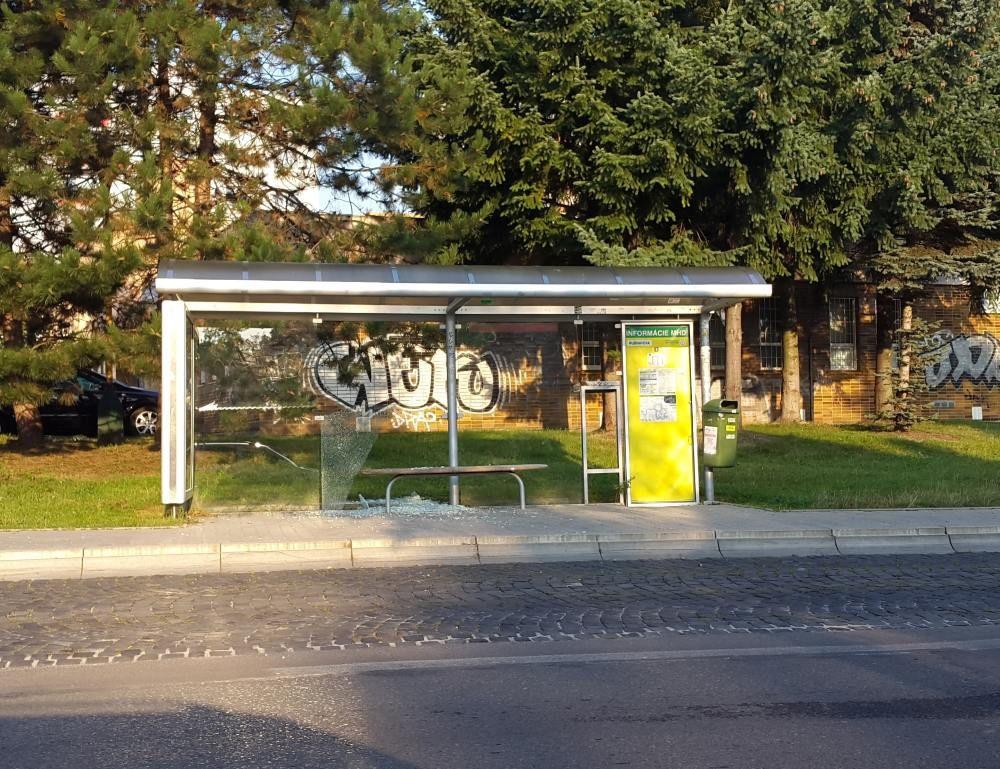 Vandali rozbili sklené výplne na zastávkach MHD, foto 2