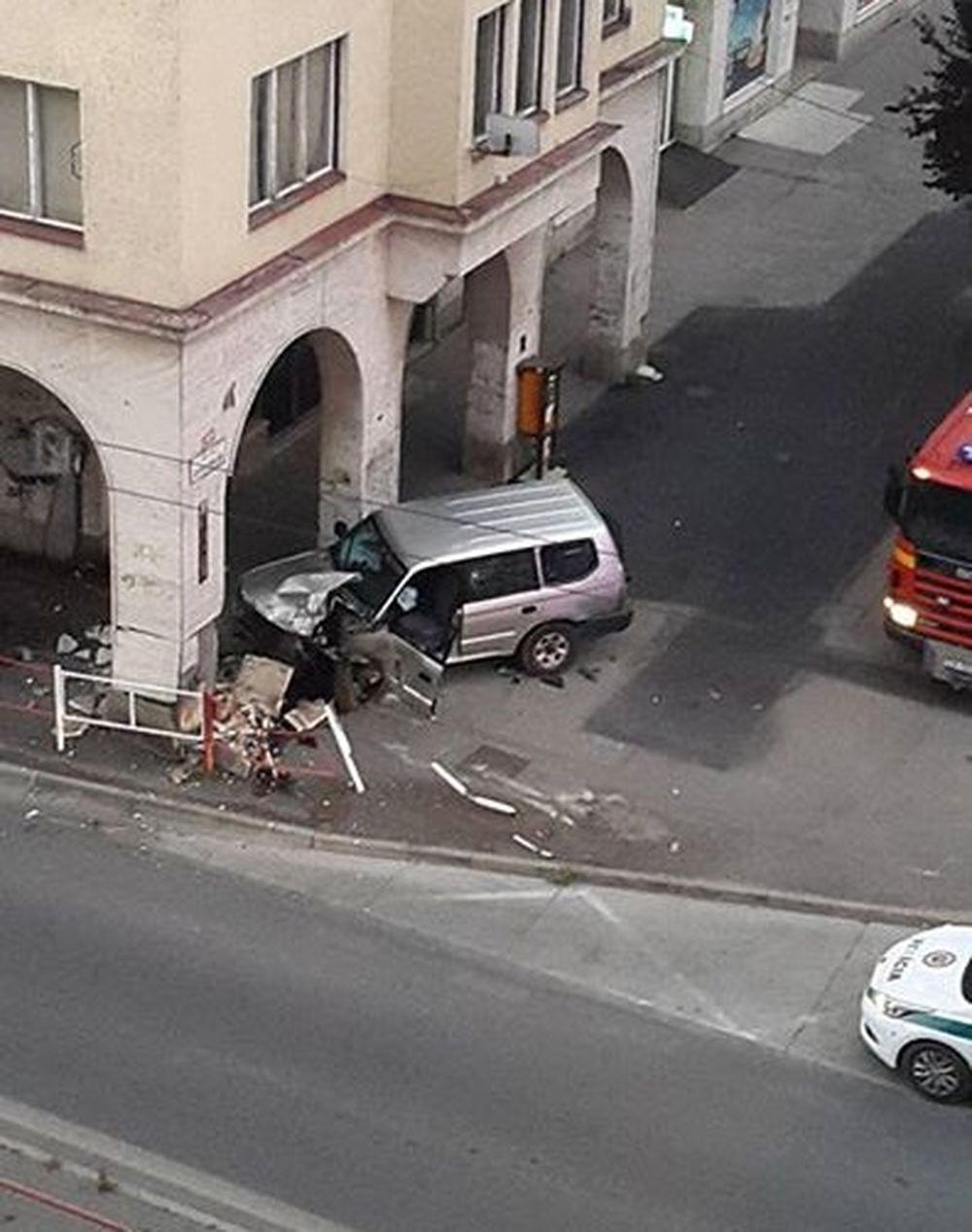 Pri Dome odborov narazilo auto do zábradlia, foto 1