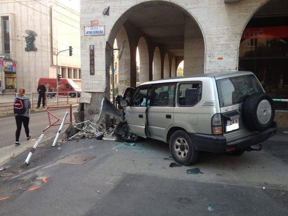 Pri Dome odborov narazilo auto do zábradlia, foto 2