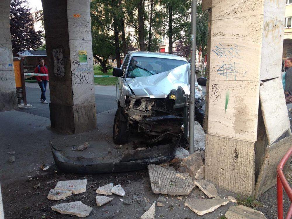 Pri Dome odborov narazilo auto do zábradlia, foto 3