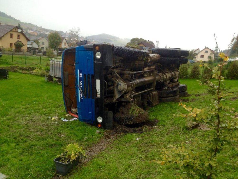 Dopravná nehoda Tatry v obci Čierne - 5.10.2016, foto 1