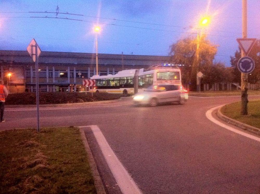 Trolejbus v kruhovom objazde ul. Vysokoškolákov 24.10.2016, foto 1