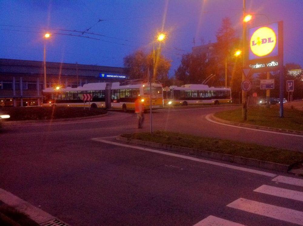 Trolejbus v kruhovom objazde ul. Vysokoškolákov 24.10.2016, foto 2