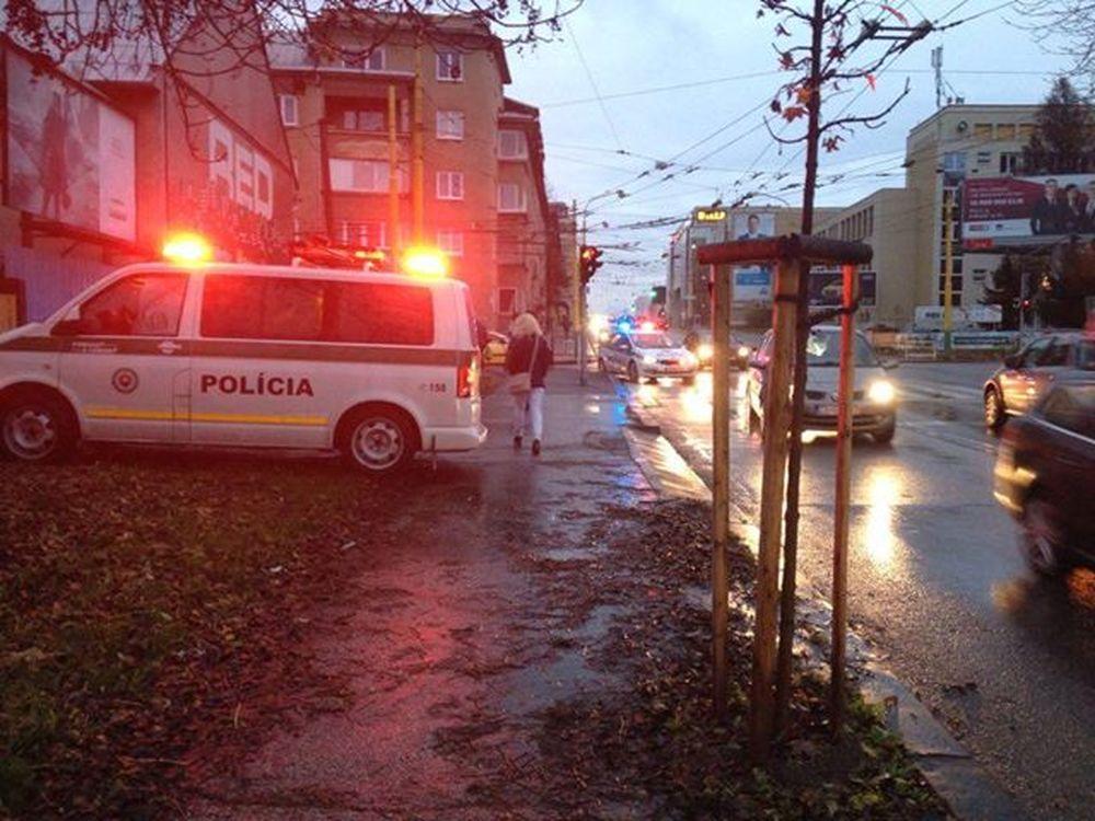 Vodič zrazil chodkyňu na priechode pre chodcov pri Auparku, foto 1