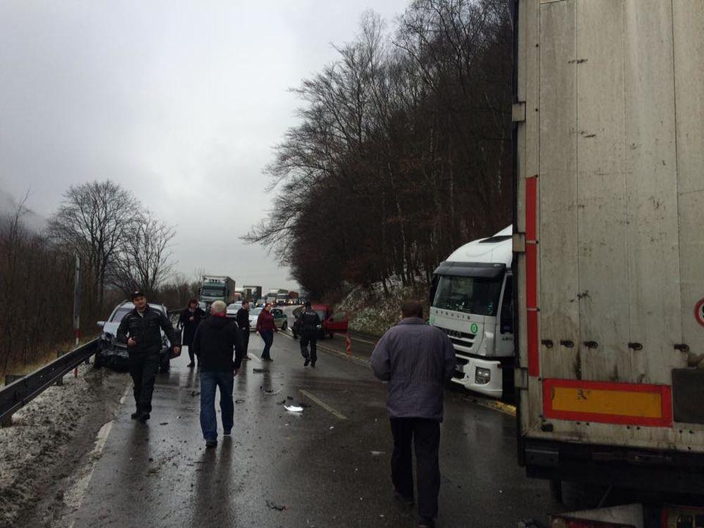 Pri Dubnej Skale došlo k hromadnej dopravnej nehode, zdržania sú veľké, foto 1